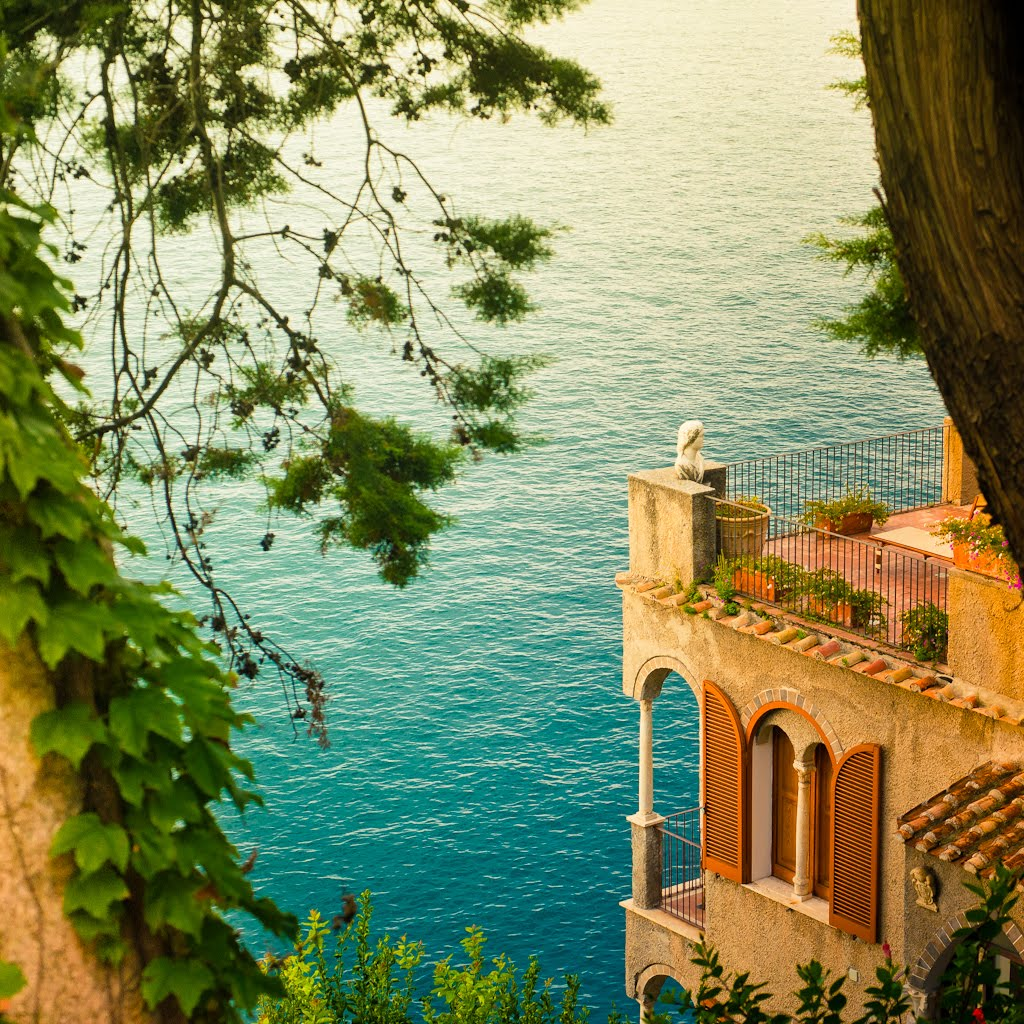 Sea side balcony amalfi coast italy photo on sunsurfer for Italian balcony